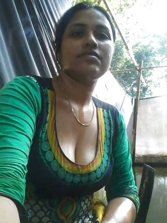 Hot aunty boobs show in saree