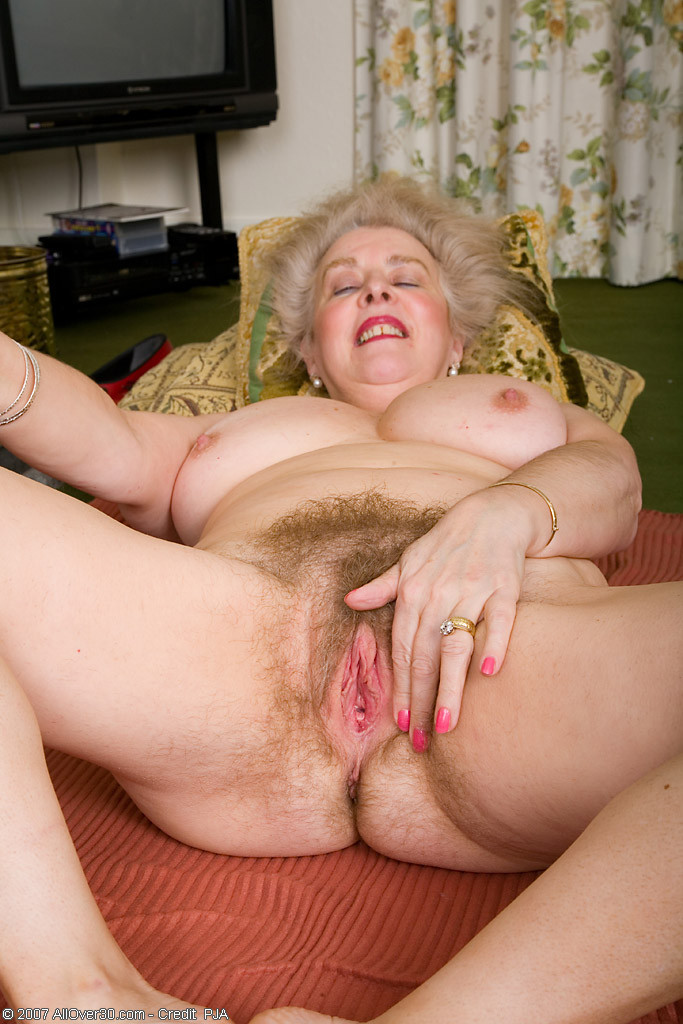 Granny spread her pussy old