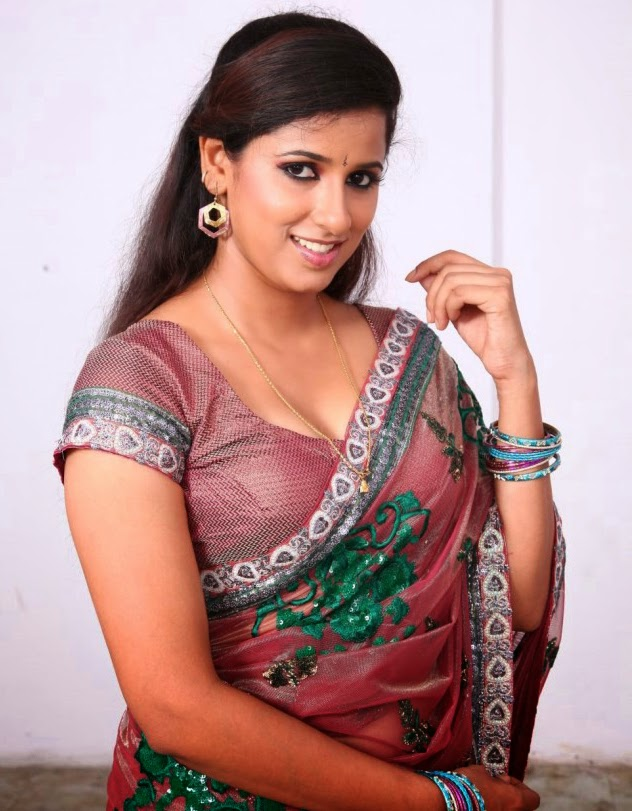 Aunty saree droped and showing clavge pic