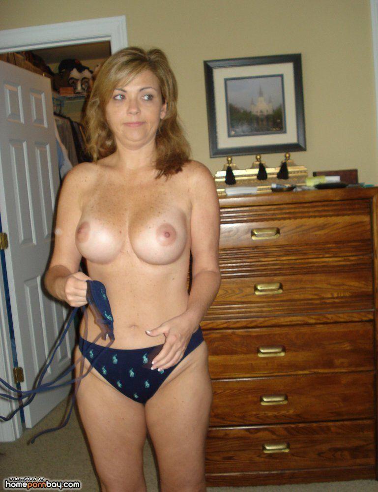 Amateur milf wife posing nude