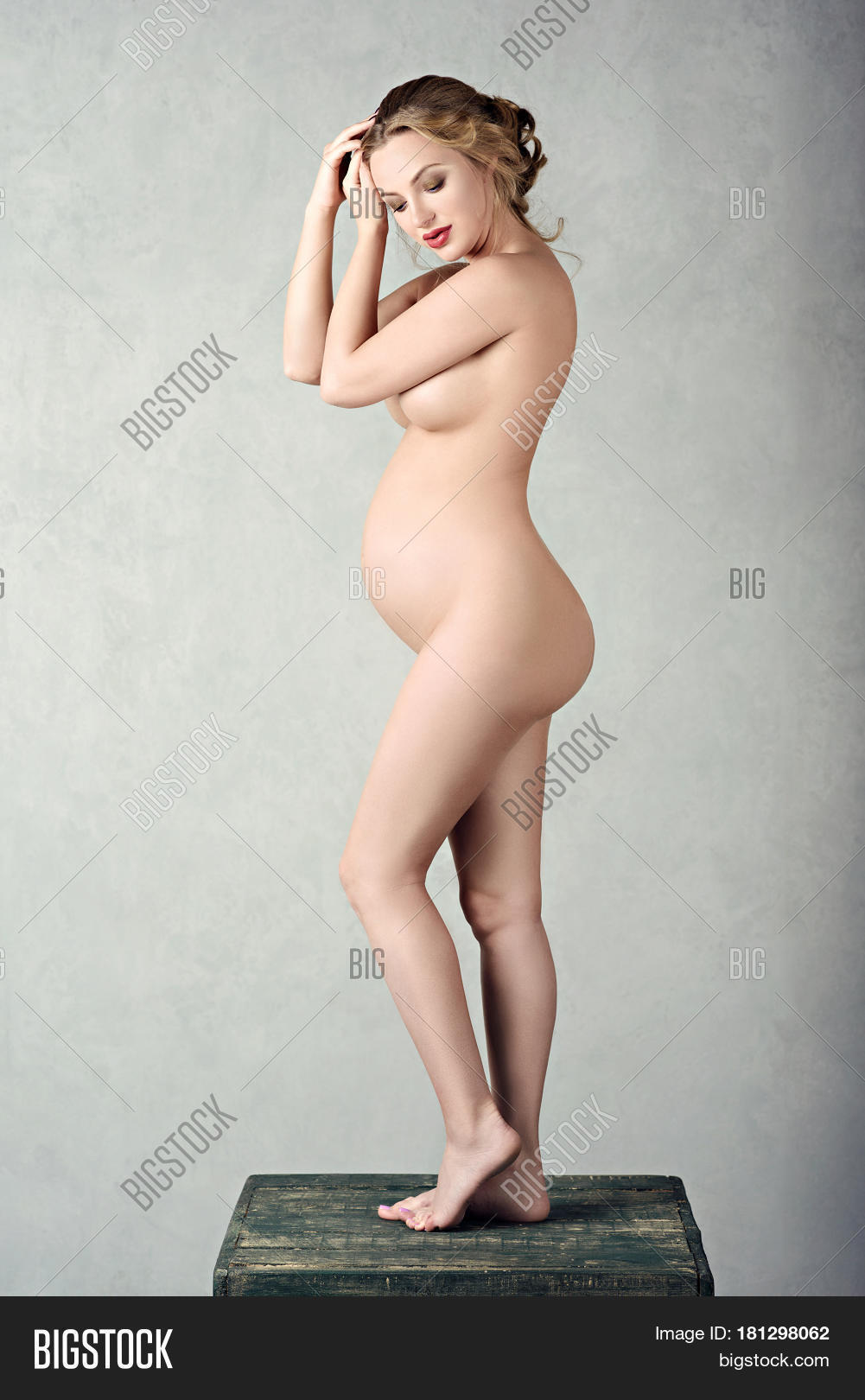 Beautiful pregnancy woman naked