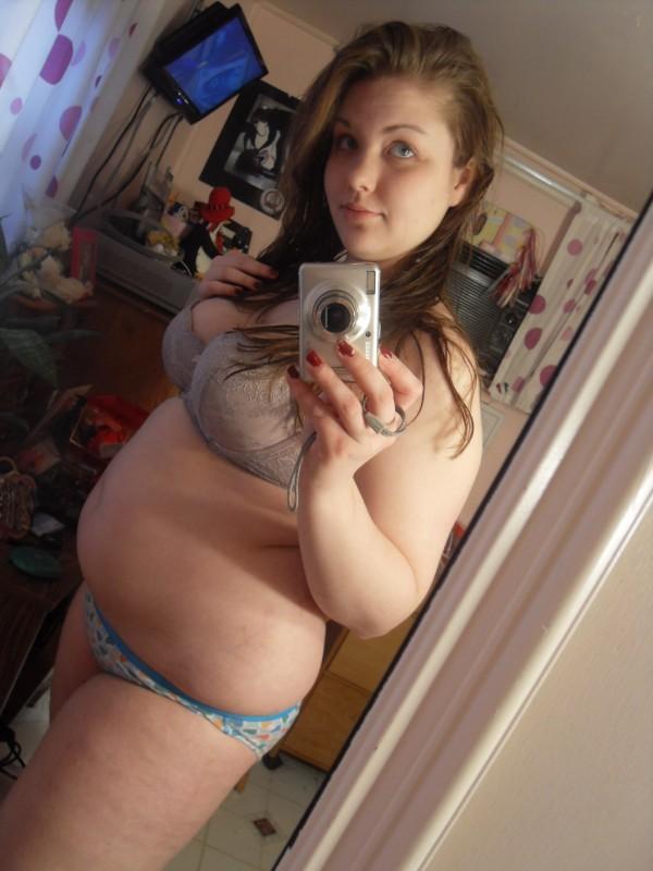 Amateur chubby girl nude selfie